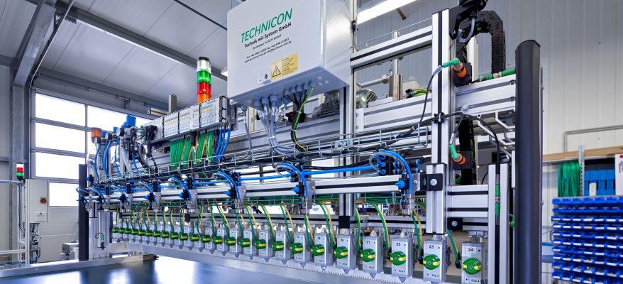 Ansicht der 1K PUR Klebstoffauftragsanlagen mit fahrbarem Düsenmodul für die Herstellung der Sandwich Paneele