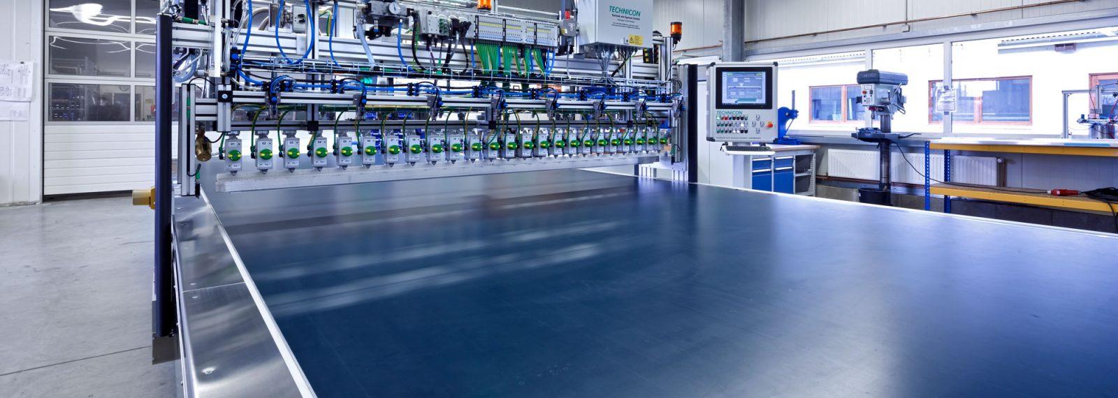 Ansicht der Anlage mit Förderband für die Produktion von Leichtbau-Verbundmaterialien